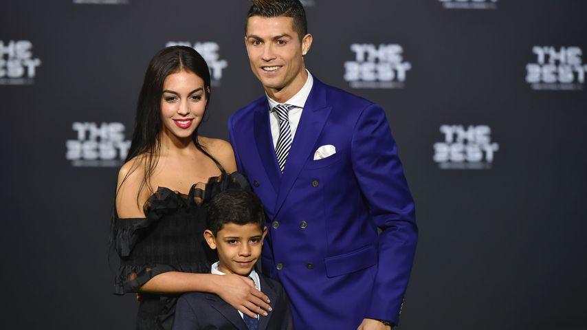 Georgina Rodriguez, Cristiano Ronaldo und Cristiano Ronaldo jr. bei einem Fußball-Event