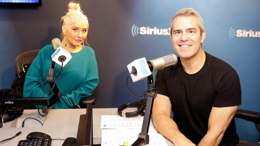 Christina Aguilera und Andy Cohen in den SiriusXM Studios