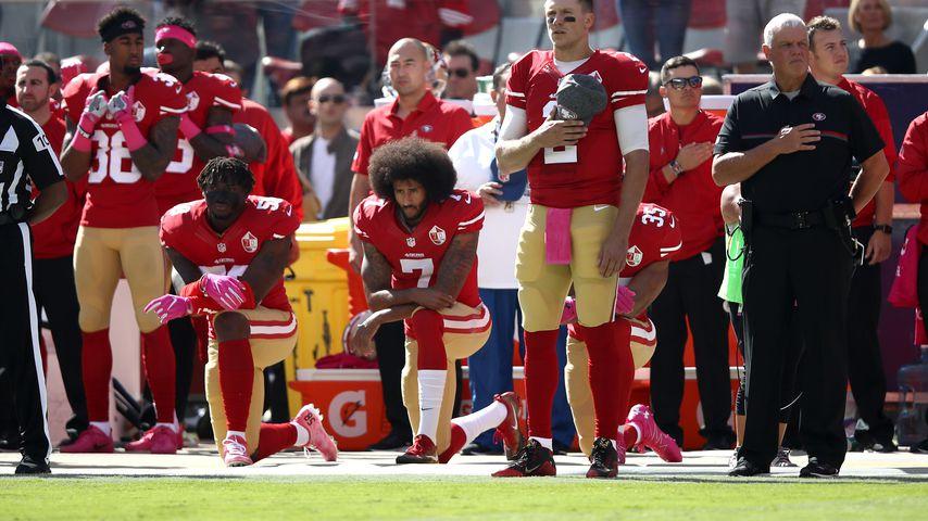 Colin Kaepernick mit Kollegen bei einem NFL-Spiel der San Francisco 49ers