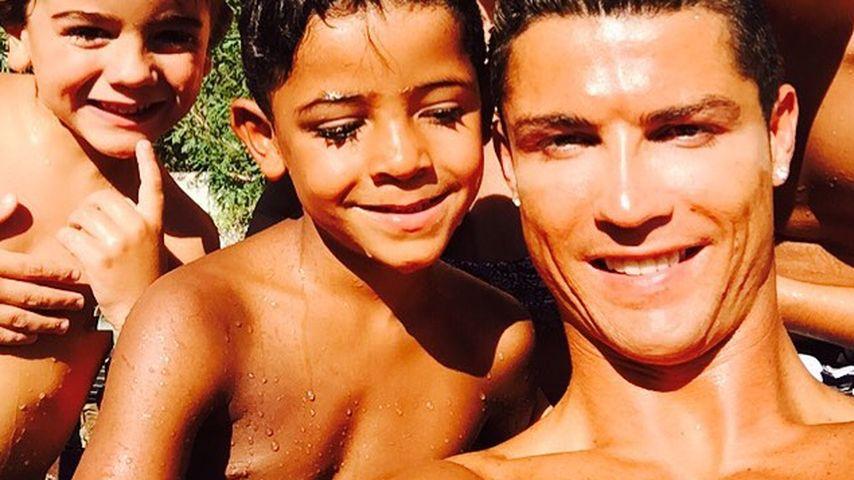 Süßes Foto: Cristiano Ronaldo geht mit seiner Familie baden