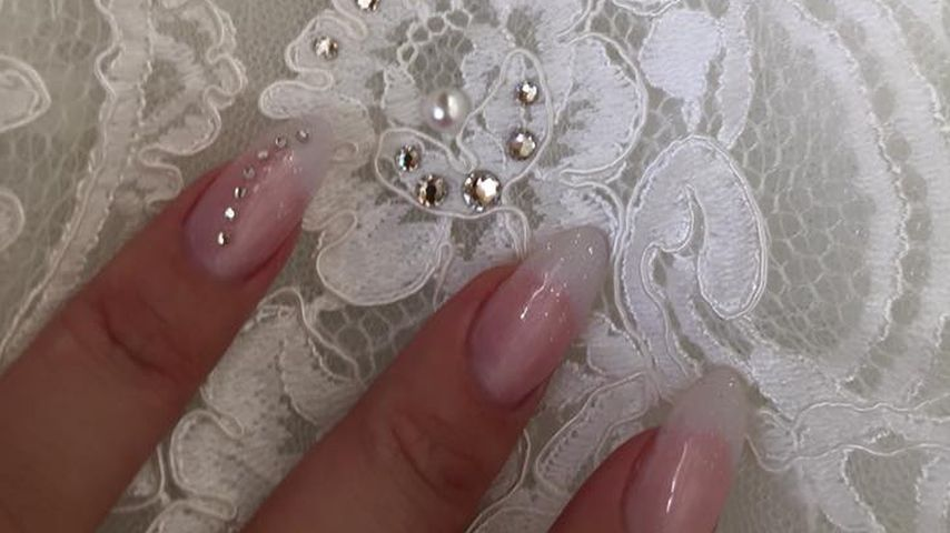"""""""Nervös!"""" Daniela Katzenberger streichelt ihr Hochzeitskleid"""