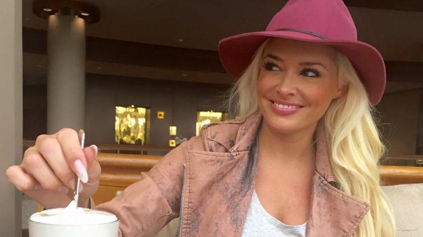 Daniela Katzenberger trinkt Latte Macchiato