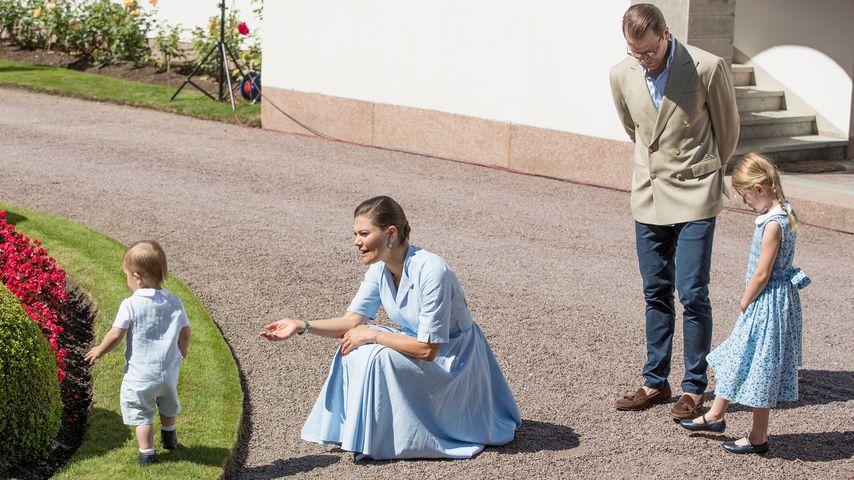 Das schwedische Kronprinzenpaar Victoria und Daniel mit Oscar und Estelle