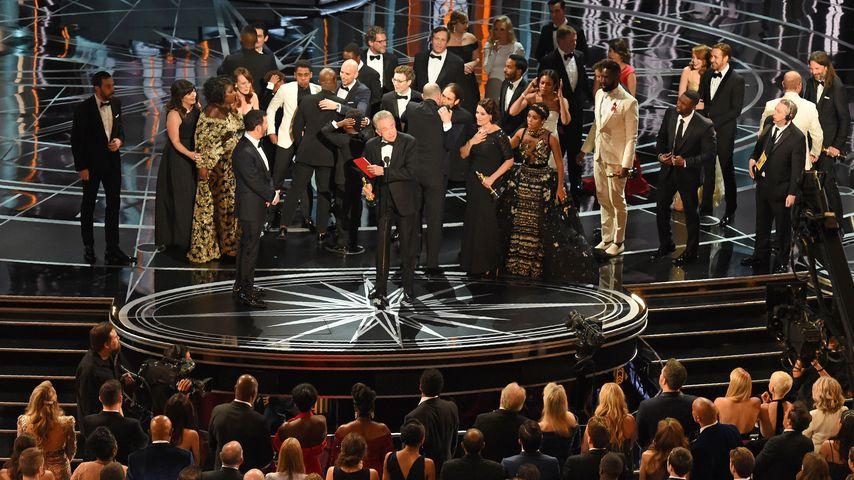 """Das Team von """"Moonlight"""" und """"La La Land"""" auf der Oscar-Bühne 2017"""