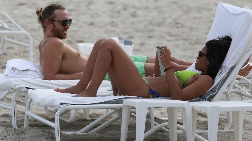 David Guetta: Sexy Bikini-Flirt mit Strand-Beauty