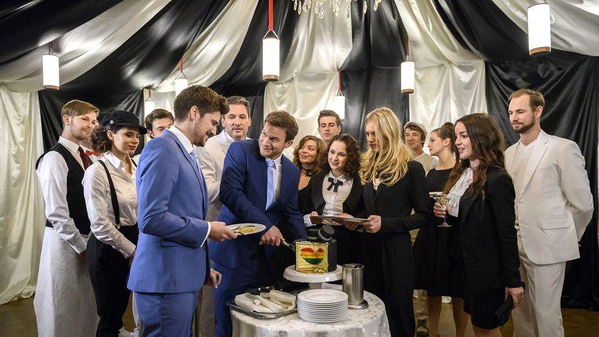 """Der Cast von """"Sturm der Liebe"""" bei der Hochzeit von Tobias (Max Beier) und Boris (Florian Frowein)"""