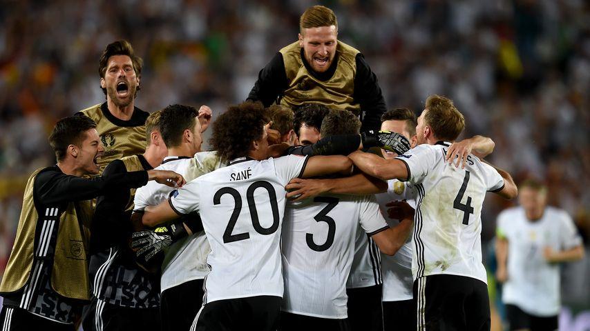 DFB-Team & Yann-Benjamin Kugel nach dem Sieg gegen Italien im EM-Viertelfinale 2016