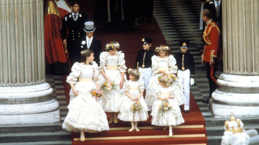 Die beiden Pageboys mit den Brautjungfern am Tag der Trauung