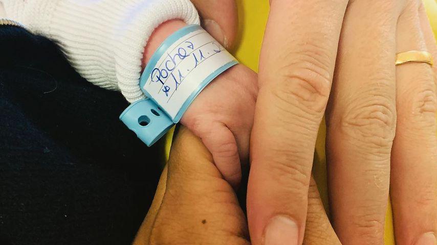 Die Hand des Babys von Oliver und Amira Pocher