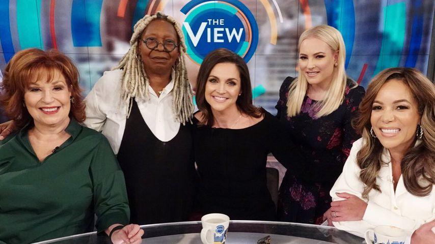"""Die Moderatorinnen der amerikanischen Talkshow """"The View"""" mit Gast Paula Faris: Joy Behar, Whoopi Go"""