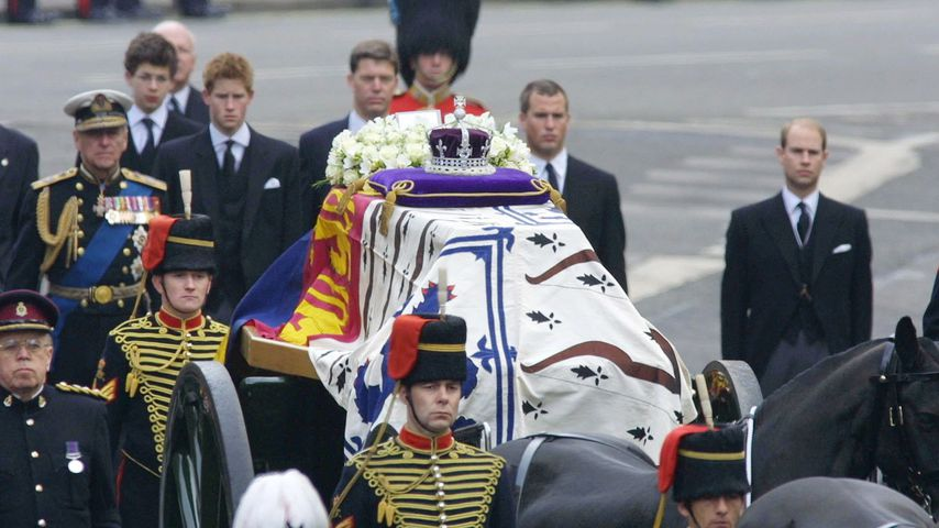 Simon Bowes-Lyon, Prinz Harry und Prinz Edward bei Queen Mums Trauerfeier, 2002