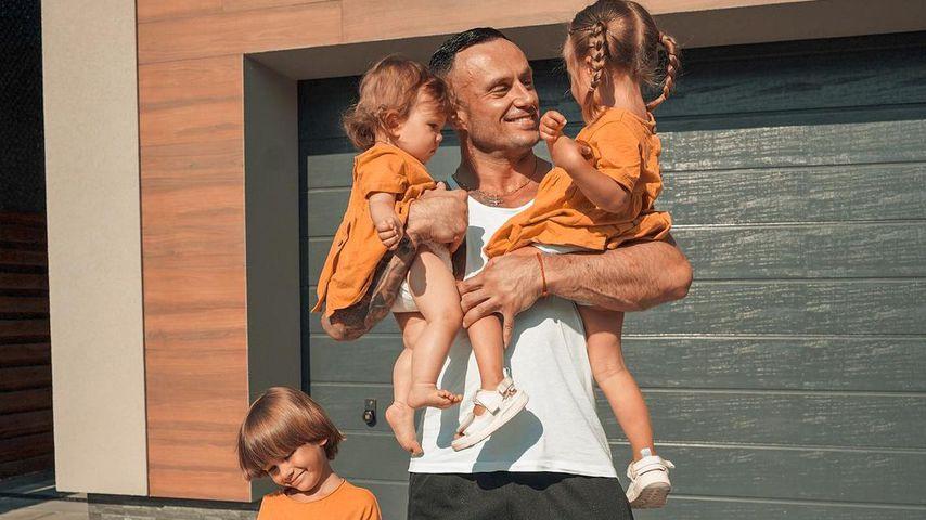 Dmitriy Stuzhuk mit seinen drei Kindern