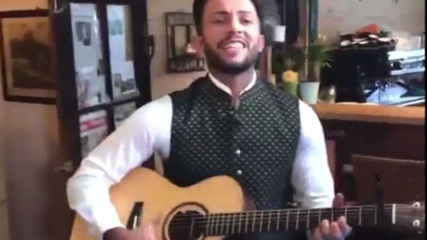Mit Gitarre: TV-Star Domenico De Cicco im Gesangsmodus