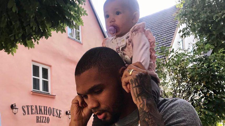 Glückliche Mia: Papa Domi trägt sie stolz durch die Welt!