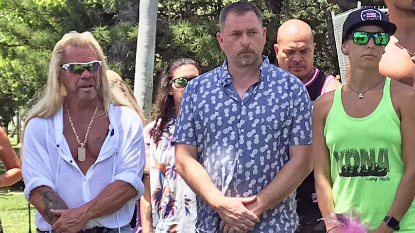 Duane Chapman (l.) mit Gästen auf der öffentlichen Trauerfeier für seine Frau Beth