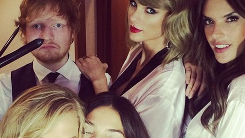 Haarig: Ed Sheeran als Victoria's Secret-Stylist