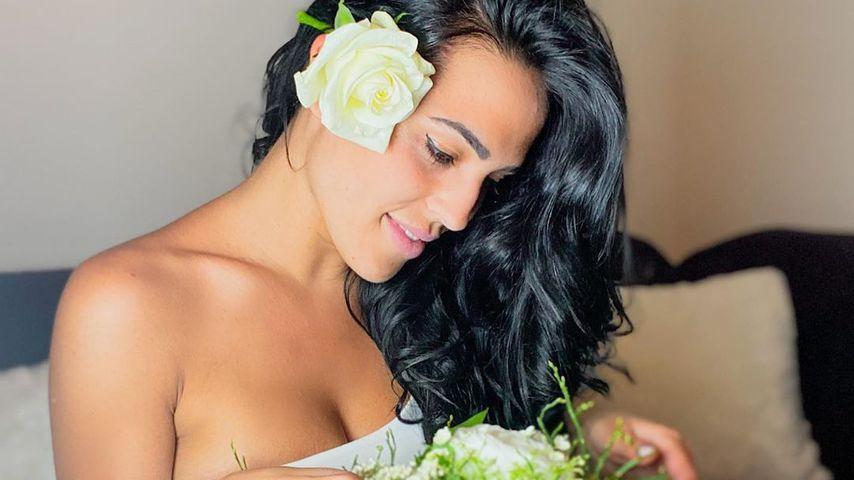 Elena Miras mit Blumen an ihrem Geburtstag