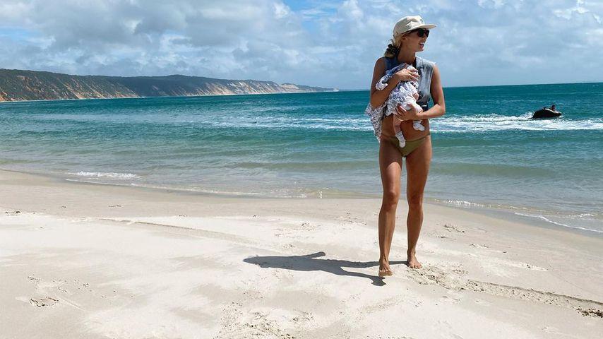 Elyse Knowles mit ihrem Baby am Strand
