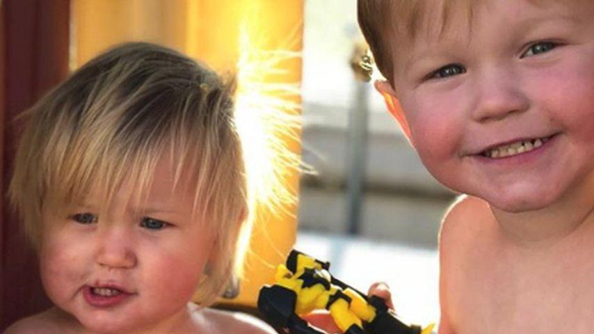 Emeline Miller mit ihrem Bruder