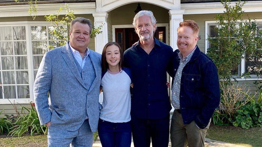 Eric Stonestreet mit seiner Serienfamilie und einem Crew-Mitglied