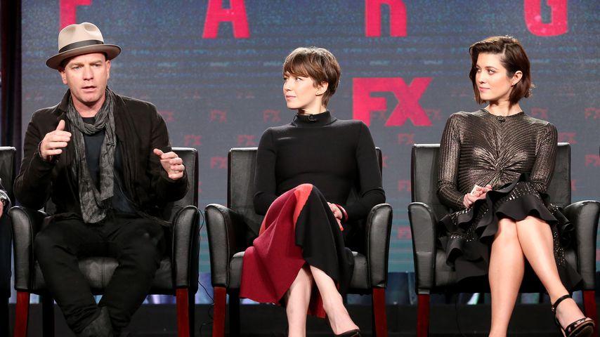 """Ewan McGregor mit seinen """"Fargo""""-Co-Stars Carrie Coon und Mary Elizabeth Winstead"""