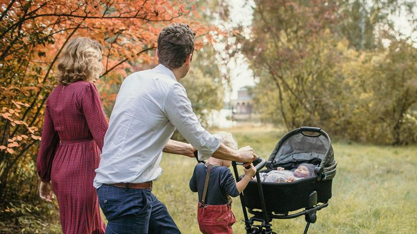 Foto zeigt: Janni Hönscheid stillt beide Kinder gleichzeitig