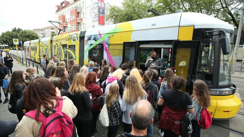 """Fan-Ansturm vor der """"Die Lochis""""-Tram"""