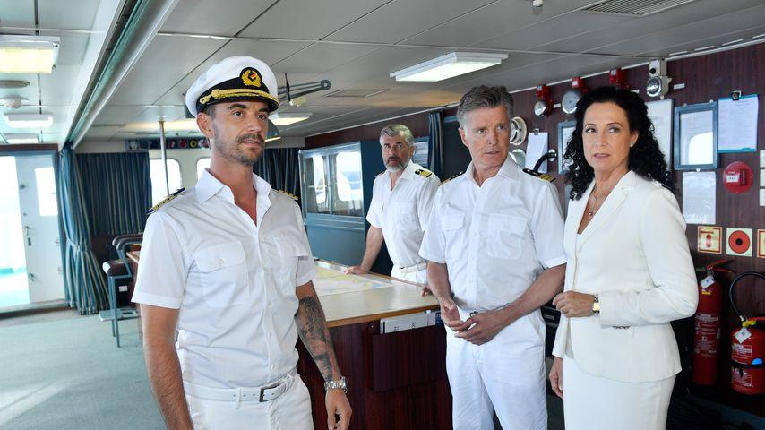 """Florian Silbereisen als """"Traumschiff""""-Kapitän mit seiner Crew"""