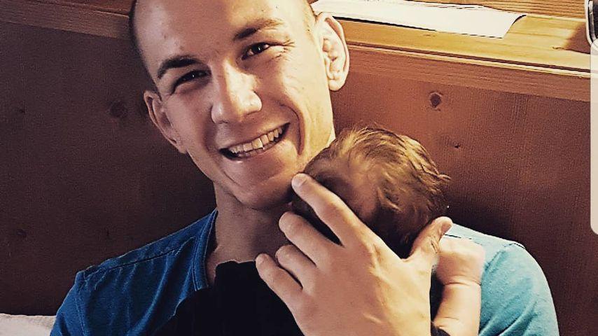 Frank Stäbler mit Töchterchen Alia Marie auf dem Arm
