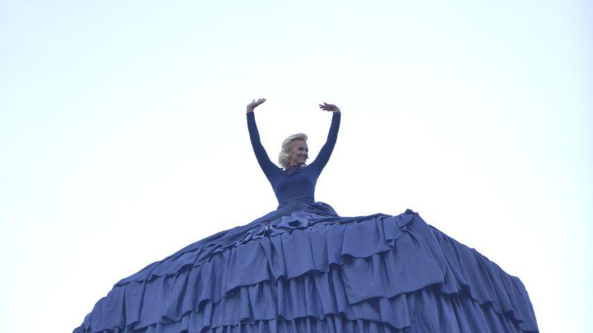 Me(e)rkwürdig: Franzi van Almsick im 15 Meter hohen Kleid!