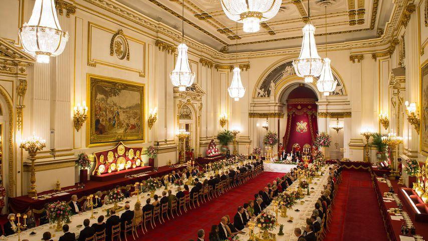Gäste im Ballsaal des Buckigham Palace beim Staatsbankett
