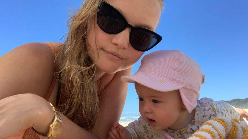 Gemma Ward und ihre Tochter Kirra am Strand