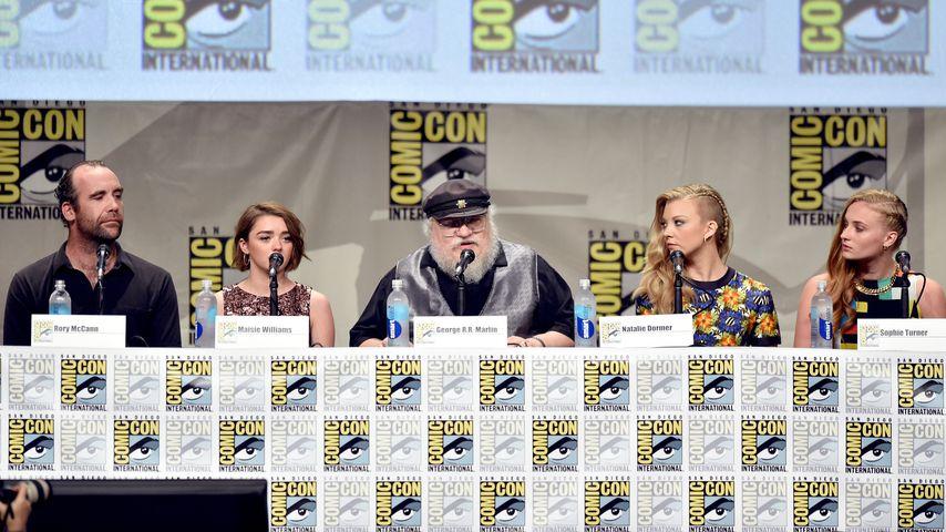 """George R. R. Martin (m.) mit einigen vom """"Game of Thrones""""-Cast"""