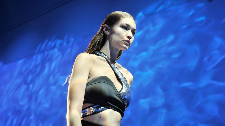 """Gigi Hadid auf dem Catwalk von """"Mugler"""" auf der Paris Fashion Week"""