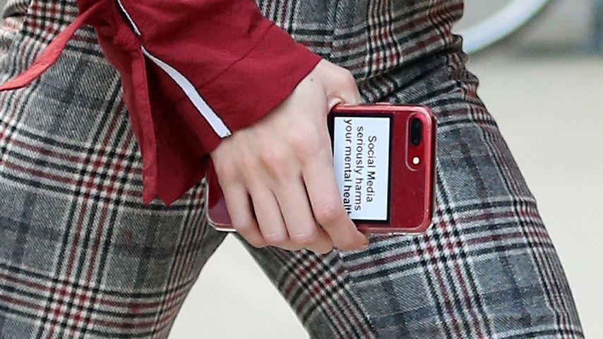 Gigi Hadid zeigt einen Spruch auf ihrem Handy