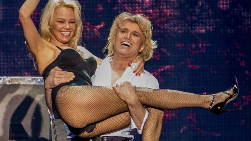 Was blitzt denn da? Pamela Andersons Slipeinlagen-Unfall!