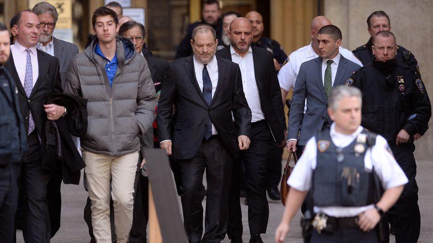 Harvey Weinstein (mi.) vor dem Gerichtsgebäude in New York