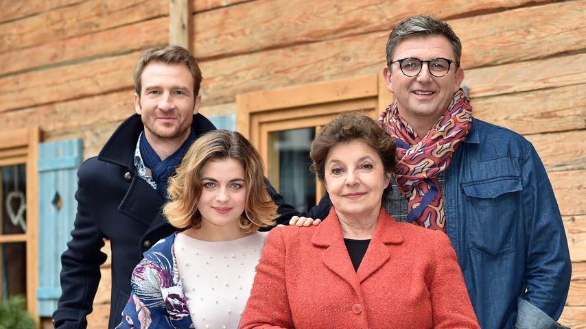 """Heiko Ruprecht, Ronja Forcher, Monika Baumgartner und Hans Sigl in der Serie """"Der Bergdoktor"""""""