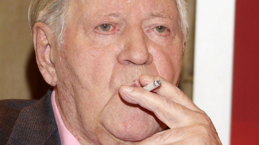 Nach Not-OP: Alt-Kanzler Helmut Schmidt darf wieder qualmen