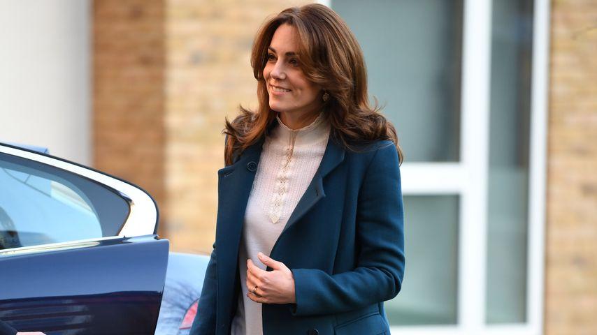 Diesmal in Blau: Kate bezaubert wieder mit langem Mantel!