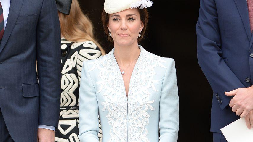 Herzogin Kate macht einen Knicks vor der Kirche in London