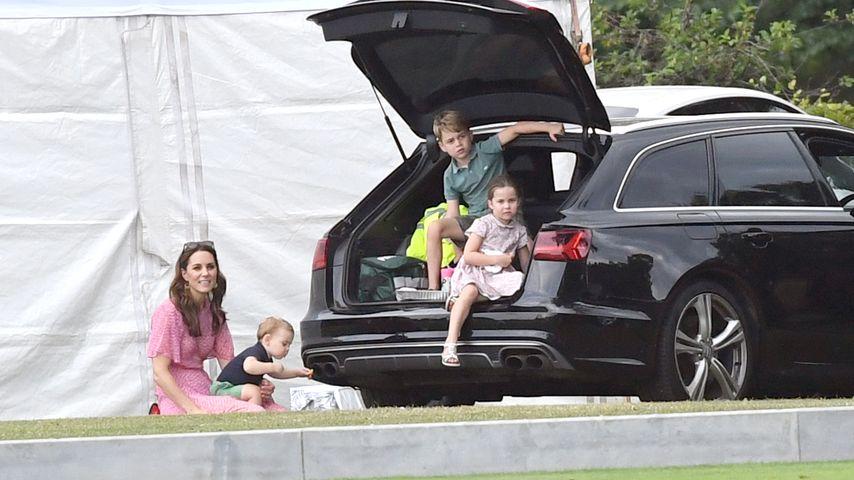 Herzogin Kate mit ihren Kindern Prinz Louis, Prinz George und Prinzessin Charlotte