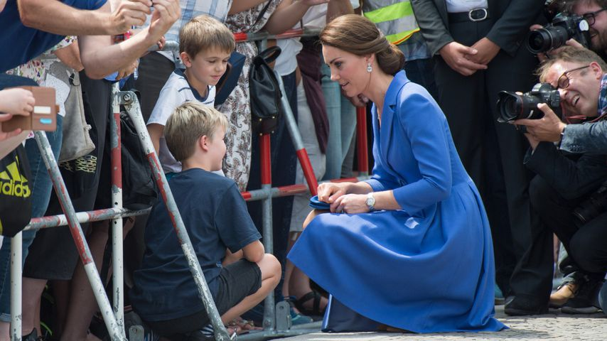 Volksnah: Herzogin Kate geht für die Kleinsten in die Knie!