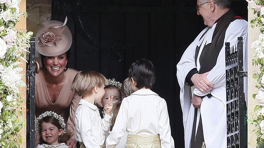 Herzogin Kate mit Prinzessin Charlotte und den anderen Blumenkindern auf Pippa Middletons Hochzeit
