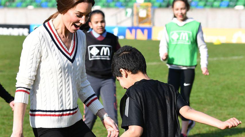 Ausgelassen beim Fußball: Herzogin Kate kickt mit Kindern