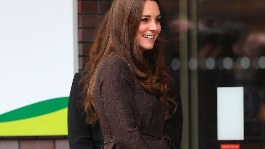 """Süß! Hier """"streichelt"""" Kate ihren 2. Thronfolger"""