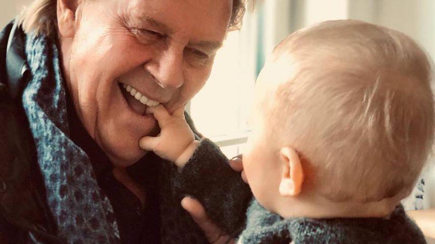 So süß spielt Opa Howard Carpendale mit seinem Enkelchen!