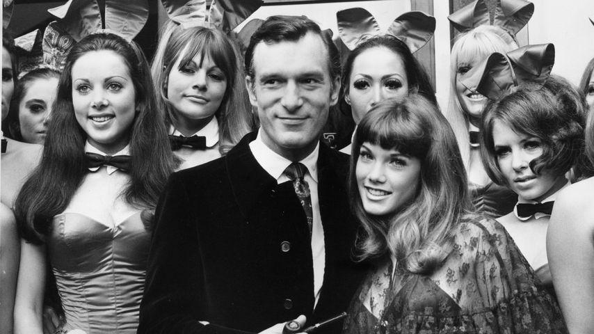 Hugh Hefner mit Barbi Benton und weiteren Playboy-Bunnys 1969