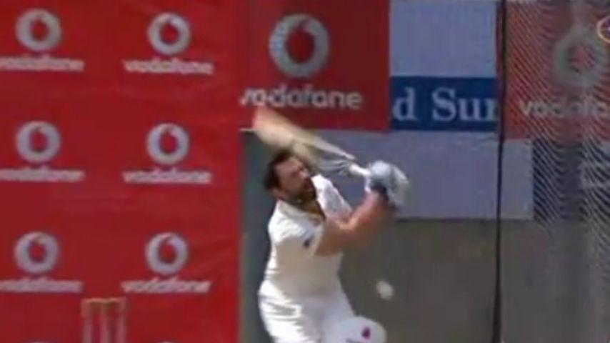 Hugh Jackman bekommt Cricketball in den Schritt
