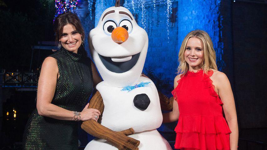 Idina Menzel und Kristen Bell posieren mit Olaf im Disneyland in Kalifornien